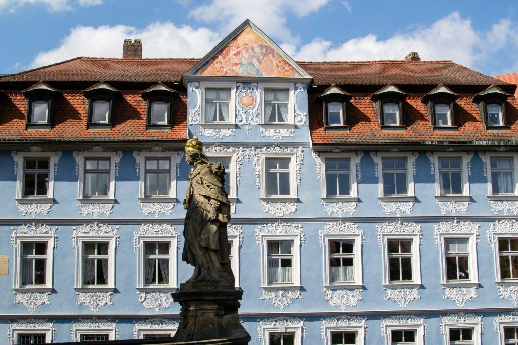 un batiment bleu à Bamberg en Allemagne