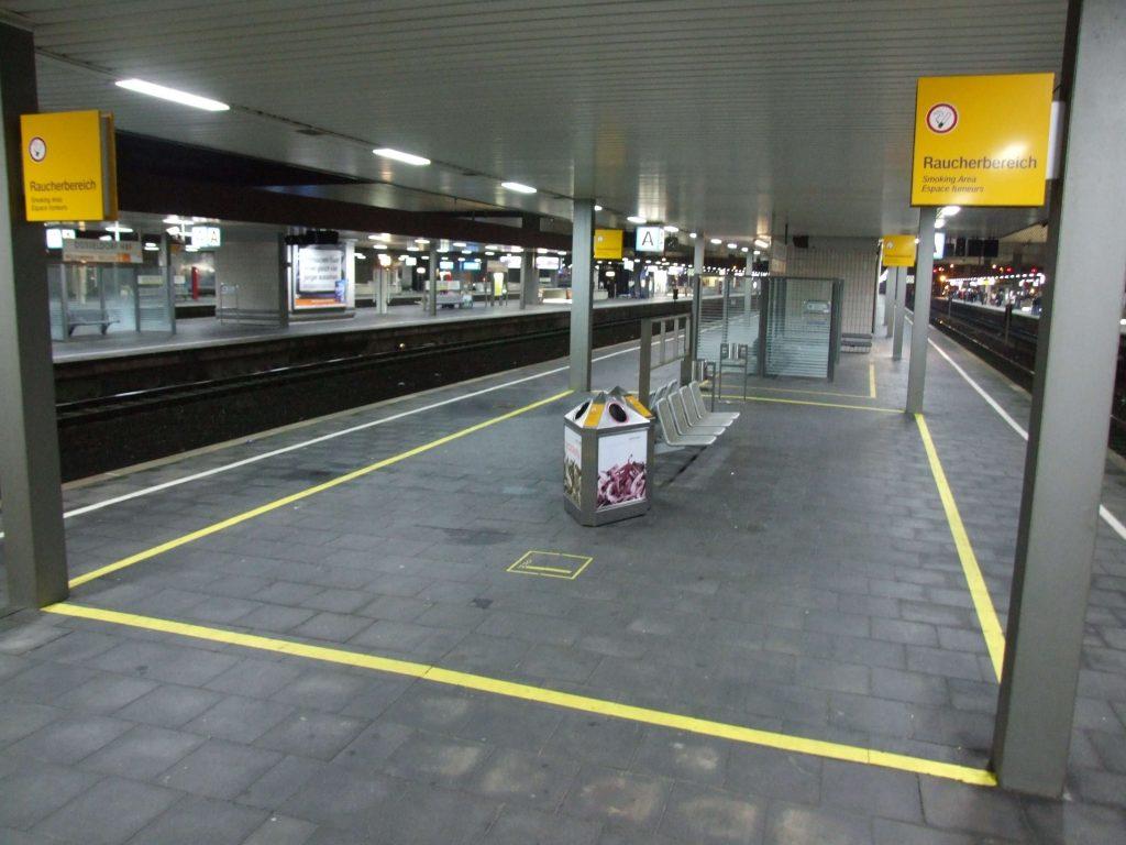 zone fumeur sur un quai de train en Allemagne