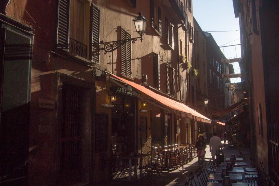 rue et marché à Bologne